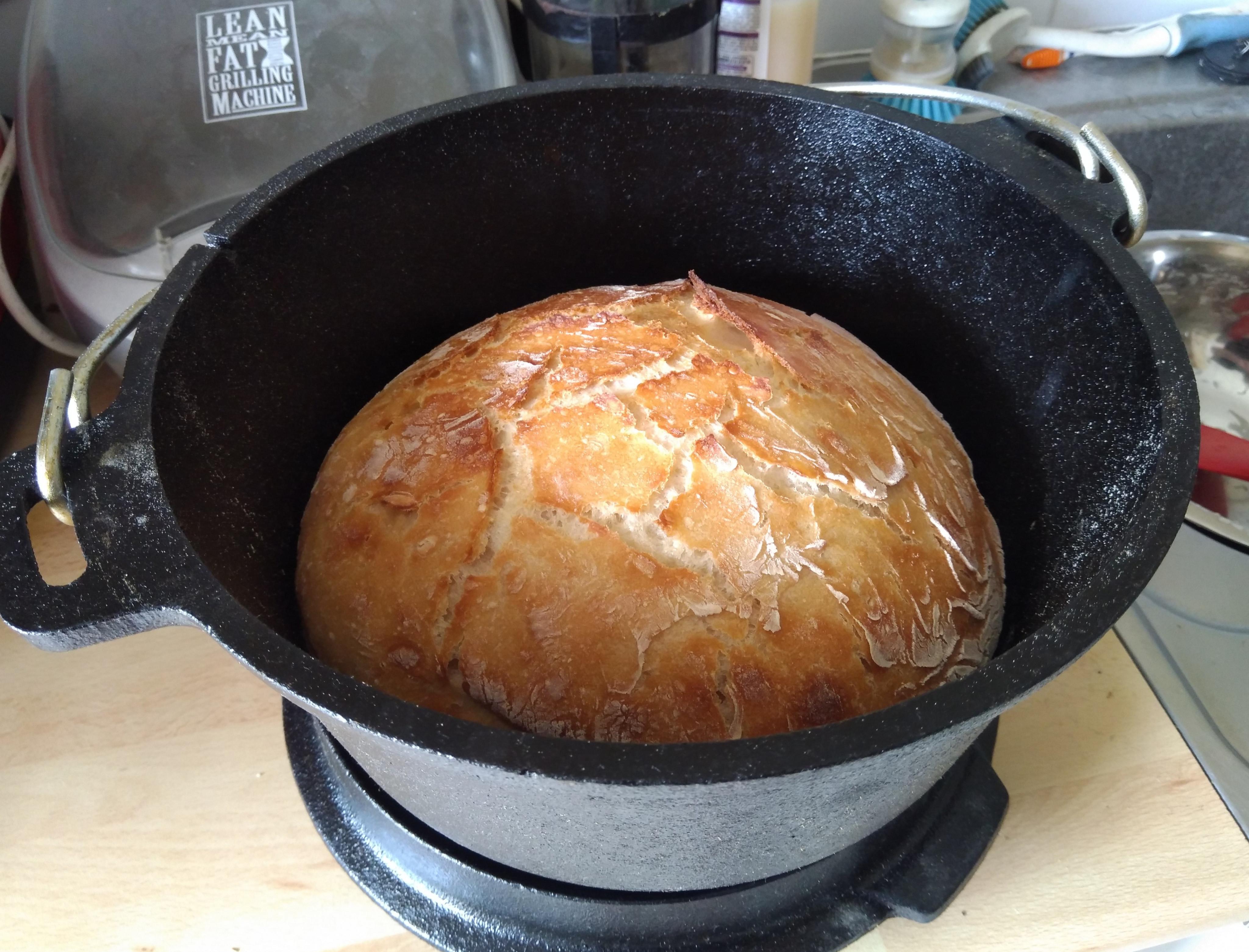 Une boule de pain tout frais à la cocotte